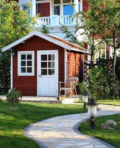 花园的入口是白色的欧式木门,随着石板路以及各种花草便延伸进了