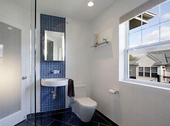 窗户选择百叶作为浴室窗帘,简洁大方,方便使用.