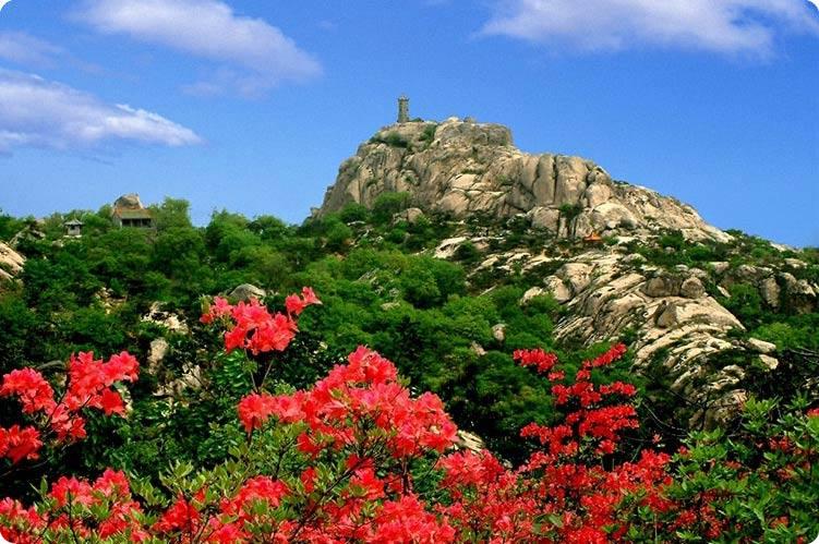 五莲山风景名胜区,系由隔壑并峙的五莲山,九仙山两大景区组成,总